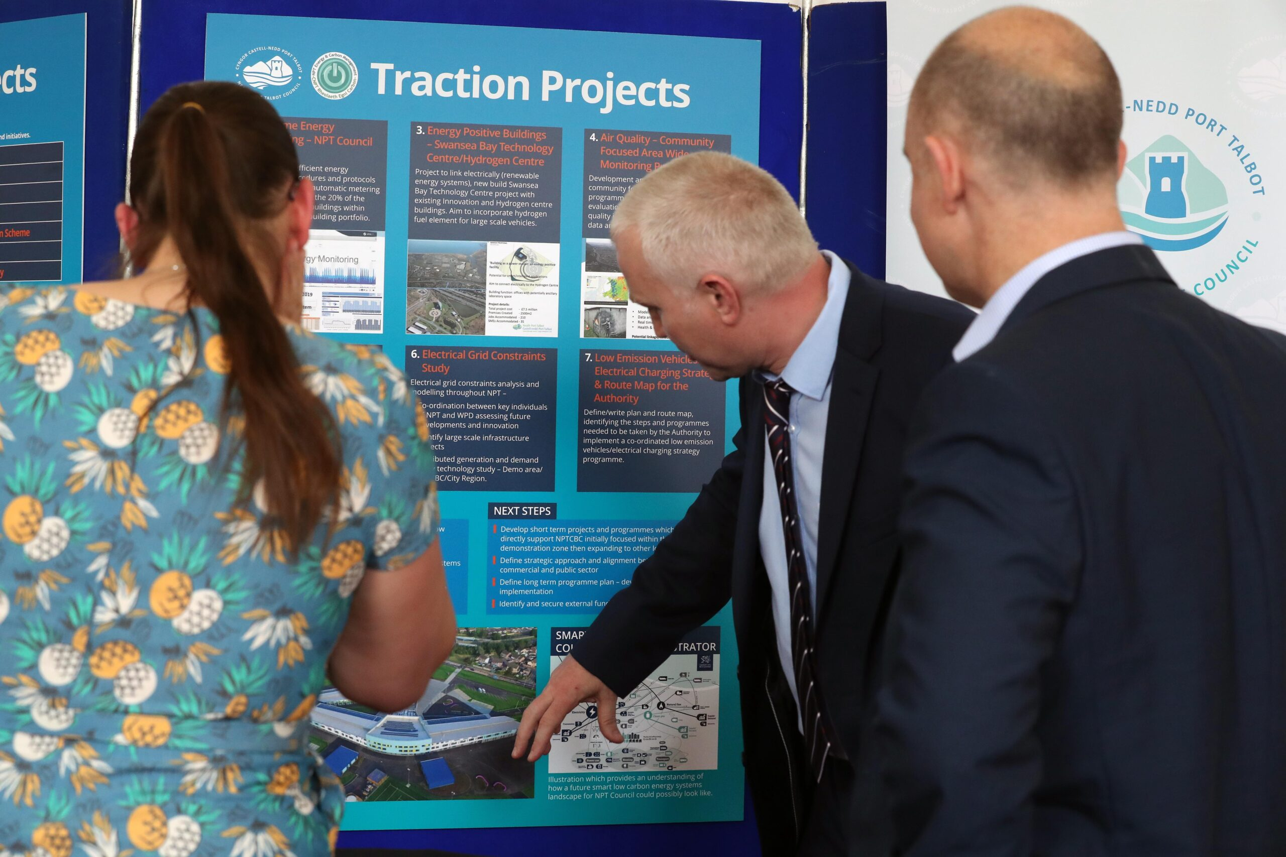 Presenting the Traction Projects to guests at the FLEXIS Demonstration Area launch